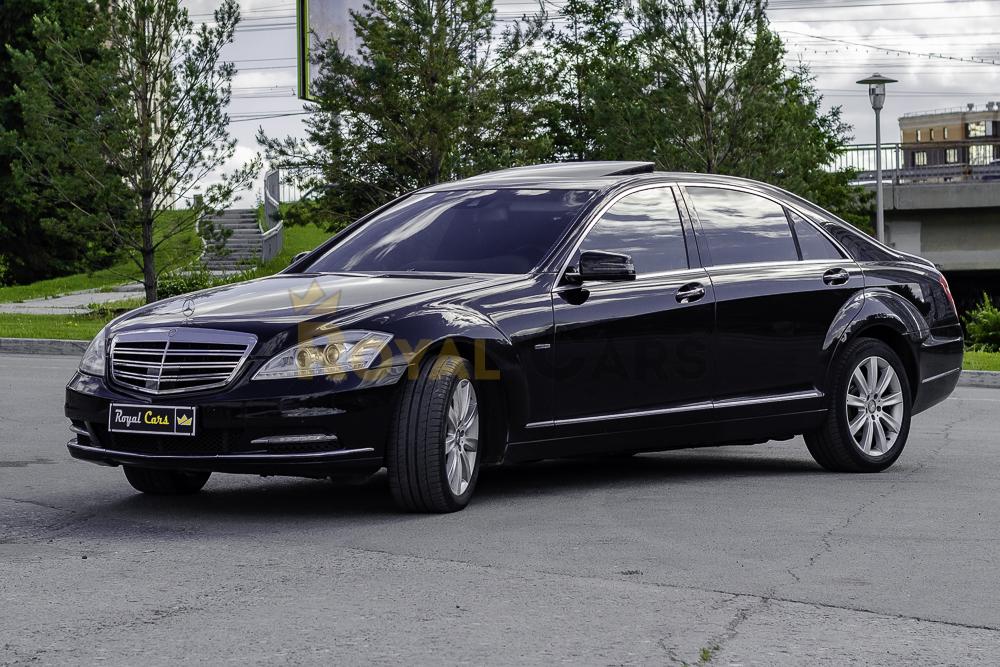 Аренда Mercedes-Benz S-class W221 long black restyling с водителем в Новосибирске